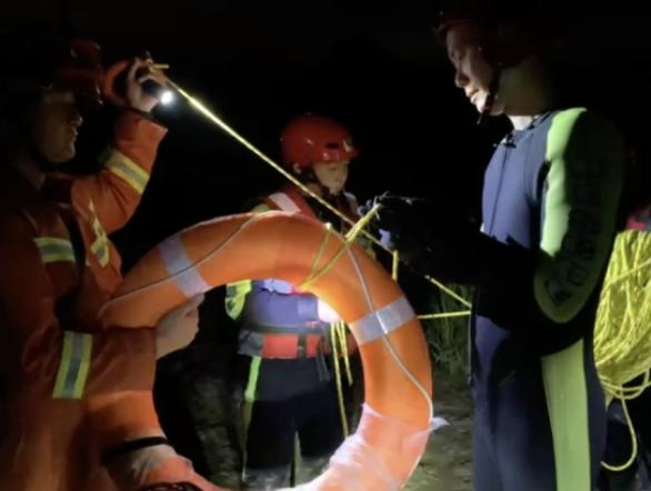 两男子夜晚被困滩涂3小时 南通消防巧用无人机紧急搜救