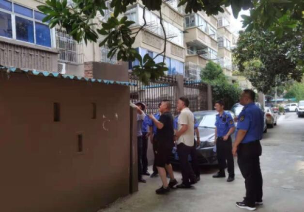 市城管部门快速落实《紧急通知》帮拆倾斜围墙消除安全隐患