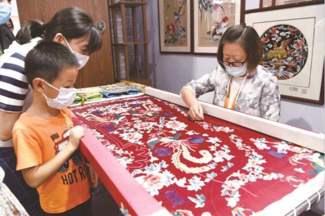 京绣传承人王惠芳现场展示京绣传统技艺