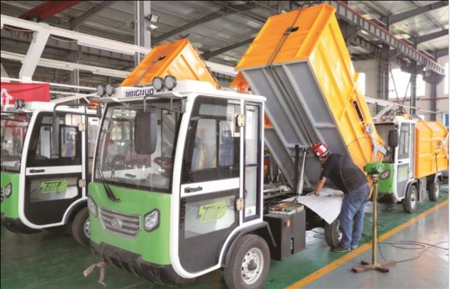 南通明诺电动科技股份有限公司工人在车间忙碌加工