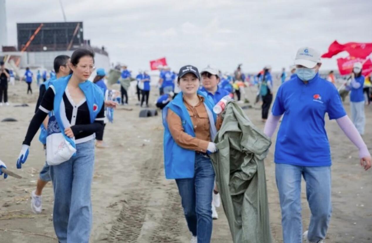 """守护""""最美江海岸线"""" 启东200多名净滩志愿者在行动"""