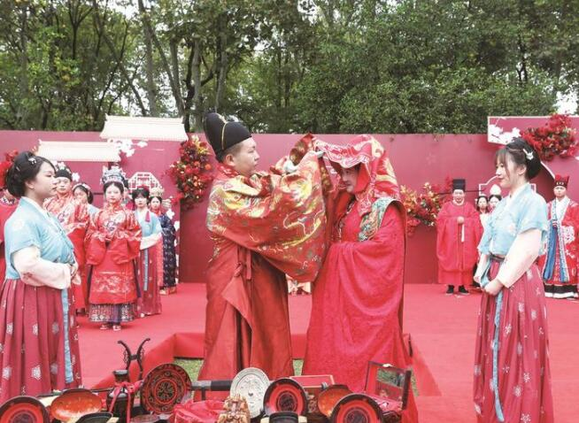 通大附院为11对新人举办中式婚礼